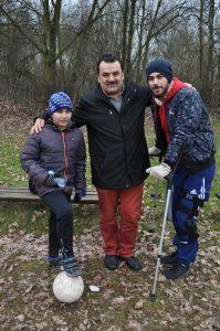 Soldan sağa Futbolexpress'in genç muhabiri Tuncay Köse, Ahmet Çakar ve dizinde çarpaz yan bağları kopan Ertan Şahin