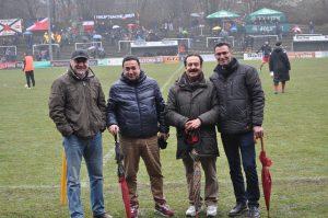 Soldan sağa eski Harburg Türkspor futbolcusu Hüseyin, antrenör ve hakem Mehmet Odabaş, Altona muhtarı Behçet Algan ve Selim Ataş