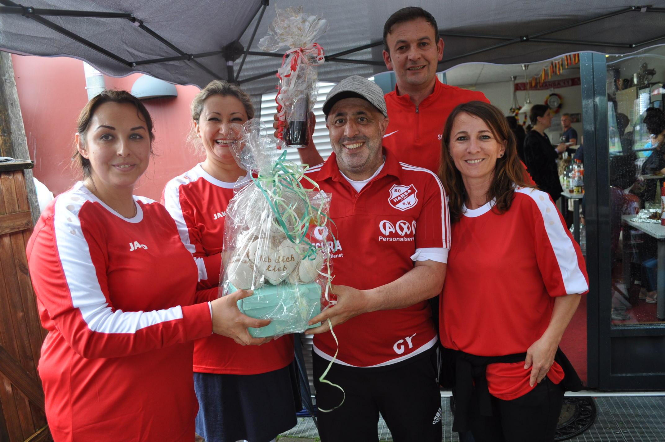 Futbolcu aileleri Cengiz Yıldız'ı duygulandıran hediye verdi