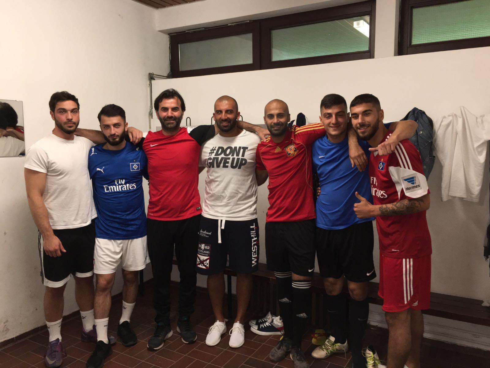 Serkan Albayrak (soldan üçüncü) futbolcular ile vedalaştı