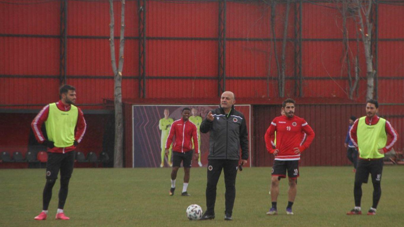 Gençlerbirliği'nin yeni teknik direktörü Özcan Bizati, ilk antrenmanına çıktı