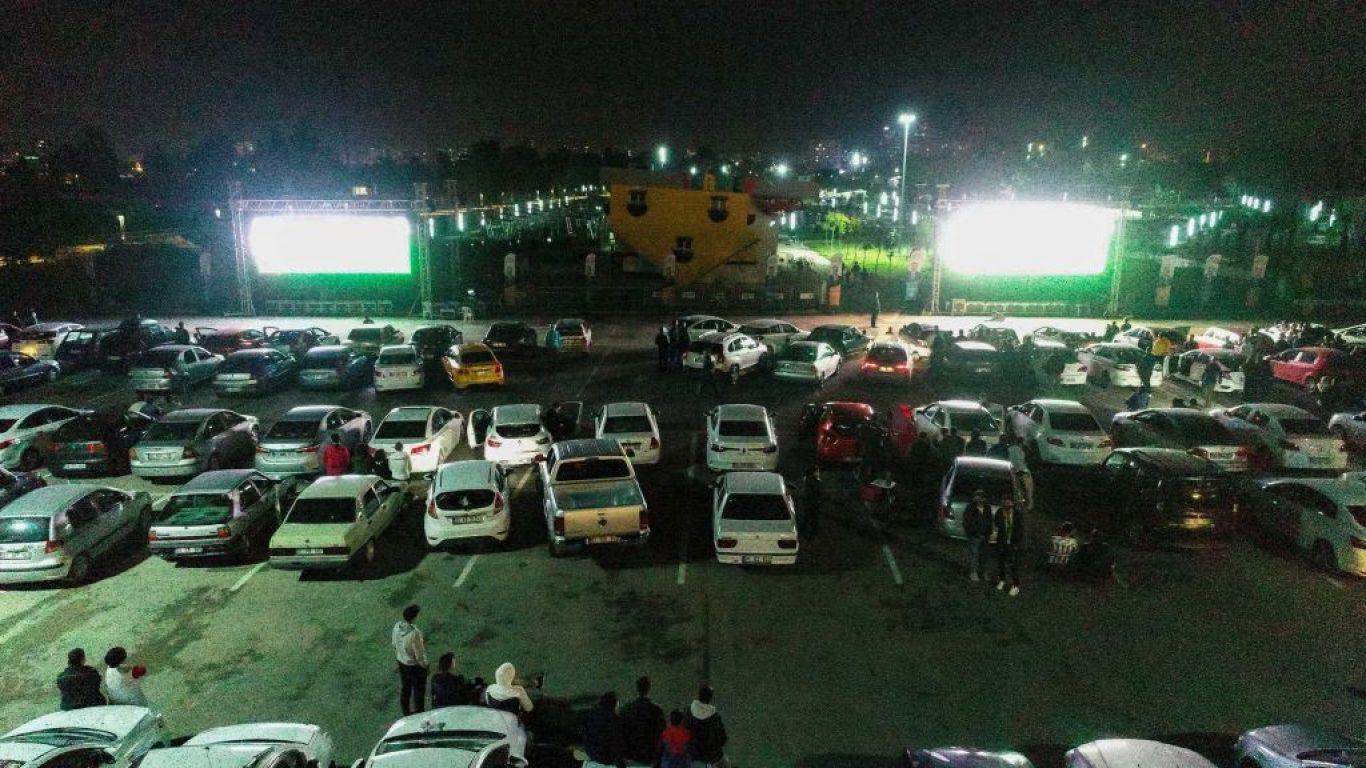 Adana'da vatandaşlar Beşiktaş-Fenerbahçe derbisini kurulan dev ekranda araçlarından izledi