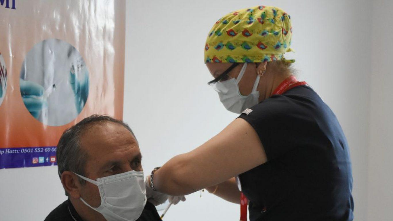 Kovid-19'la mücadelede BioNTech aşılarının ilk dozu uygulanmaya başlandı