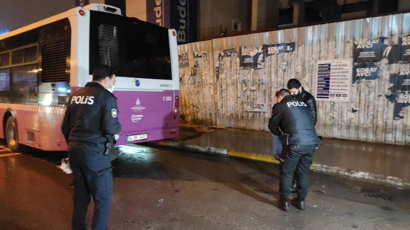 Ataşehir'de bir aracın çarpması nedeniyle otobüsün altına sürüklenen kadın hayatını kaybetti