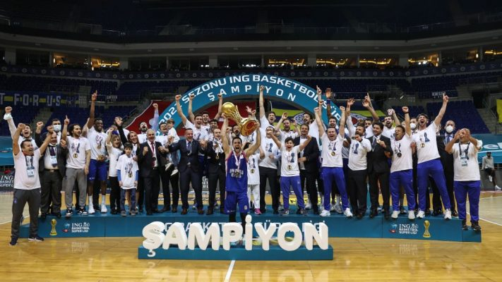 Basketbol Süper Ligi'nde şampiyon Anadolu Efes, kupasını aldı