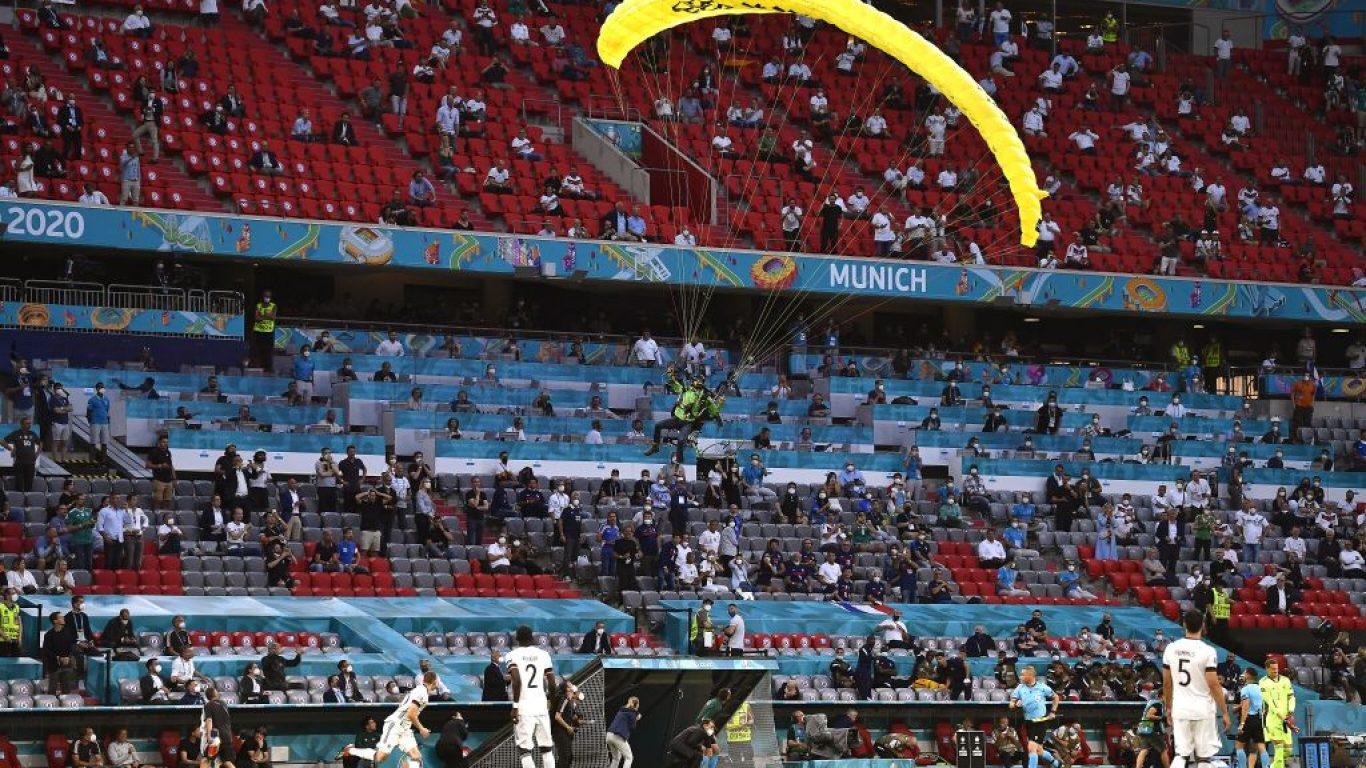 Greenpeace göstericisi Allianz Arena'nın çimlerine paraşütle indi