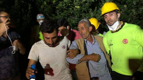 Aydın'daki orman yangınında evinde mahsur kalan kişi kurtarıldı