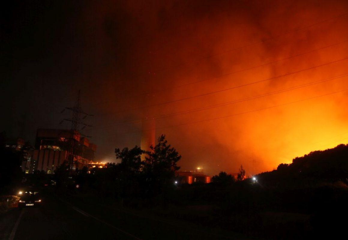Milas ilçesindeki orman yangını Kemerköy Termik Santrali'nin tel örgülerine kadar yaklaştı
